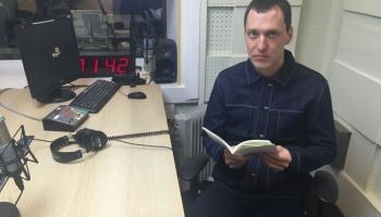"""Andris Ogriņš lasa dzejoļus no krājuma """"Plaukstu šķērsielas"""""""