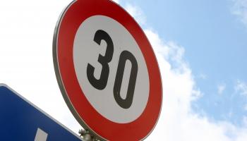 Āgenskalna galvenajās ielās turpmāk nedrīkstēs braukt ātrāk par 30 kilometriem stundā