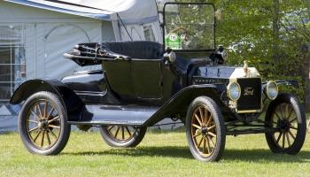 "1. oktobris. Izgatavots pirmais automobilis ""Ford Model T"""