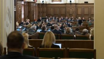 Bez plašām debatēm Saeima uzklausa OIK parlamentārās izmeklēšanas galaziņojumu