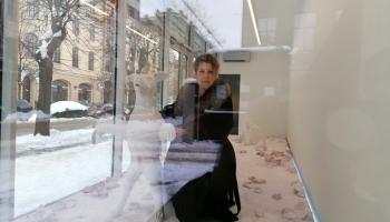 """Kristiāna Dimitere aicina uz izstādi """"Woof Woof"""" galerijas """"Alma"""" logos"""