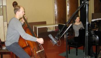 """Gunārs Upatnieks (kontrabass) un Agnese Egliņa (klavieres) Andreja Jurjāna """"Šūpļa dziesmā"""""""