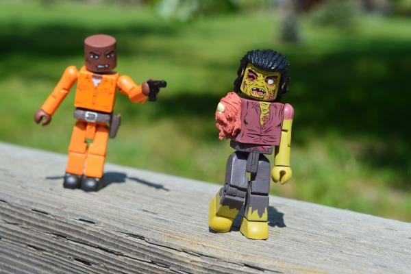 Puikas spēlē kariņu. Vai vecākiem jāatbalsta bērnu spēles ar ieročiem?