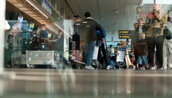 """Lidosta """"Rīga"""" gādā, lai pasažieru skaita palielinājuma dēļ cilvēki nekavētu lidojumu"""