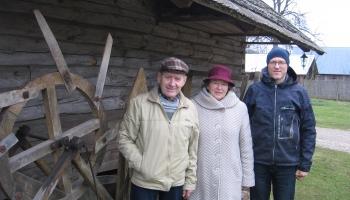 """Burtnieku pagasta """"Adzelviešos"""" Grīnbergu ģimenes audzē kaņepes, zirņus un dārzeņus"""