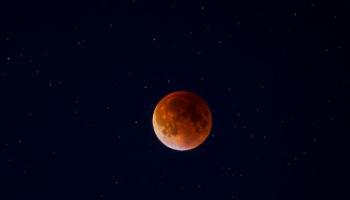 Šodien Latvijā būs novērojams ilgākais pilns Mēness aptumsums 21. gadsimtā