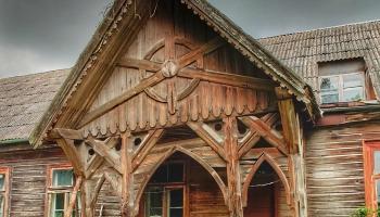 Viļakas katoļu draudzes mājā atjauno vēsturisko koka lieveni