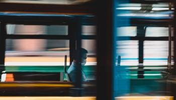 """""""Rīgas satiksme"""" pagaidām pasažierus bez maskas neizsēdinās, bet brīdinās"""