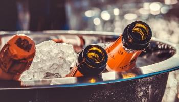 Pārdevēju atbildība: alkohola pārdošanas nosacījumu personām līdz 25 gadiem ievērošana