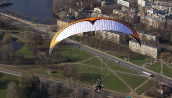 Gaidāms vēsturē pirmais motoparaplānu pārlidojums virs Rīgas grupā