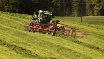 Tuvojas pavasara lauku darbu sezona. Kā mainīsies tehnikas pakalpojumu cenās