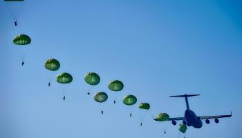 Kā dāvanu atjaunotās Latvijas 30.gadadienā gaisā 30 izpletņlēcēji veidos zvaigznes figūru