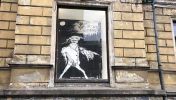 Mākslas kritika zem brūkoša balkona