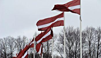 Vai zini, kuras ēkas kā pirmās atmodas laikā rotāja sarkanbaltsarkanie karogi?