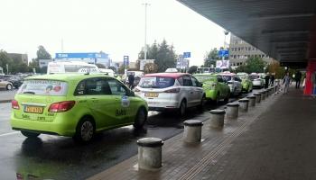 Lidostā arvien vairāk ir atbilstoši augstākām prasībām licencētu taksometru