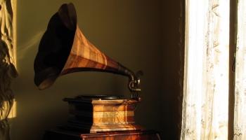Vai zini, kas ir fonogrāfs un ar ko patafons atšķiras no gramofona?