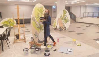 """Māksliniece Gita Strazdiņa-Dzintara radījusi vides instalāciju """"Lieldienu dārzs"""""""