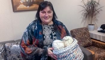 Dubnas pagastā pinēja Anita Drozdova klūgu vietā liek lietā papīru