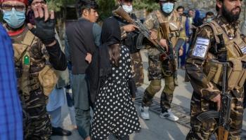 """Koalīcijas sarunas Vācijā. """"Taliban"""" valdīšana Afganistānā. Lielbritānijā trūkst šoferu"""