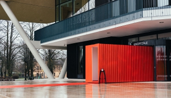 Mūžzaļi sarkanais konteiners un digitālā māksla