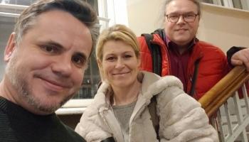Ieva Parša, Indriķis Veitners un Andris Dzenītis klausās amerikāņu mūzikas koncertu