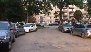 Rēzeknē operatīvo dienestu darbu apgrūtina daudzdzīvokļu māju auto pārpildītie pagalmi