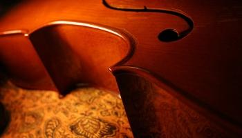 Endrū Loida-Vebera Variācijas čellam un orķestrim - aizraujošu derību rezultāts