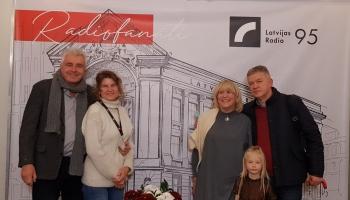 """Mīļmīkliņas min """"Grafikas darbnīcas"""" ģimene - Ieva Helmūte, Vladimirs Naumovs un Odrija"""