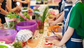 Arvien vairāk bērnu atsāk apmeklēt bērnudārzu: bažas par iespēju ievērot drošības prasības
