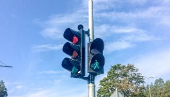 Braucējus pie sarkanās gaismas sākumā ķers fotoradari Berģos un uz Rīgas apvedceļa