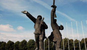 Сносить — нельзя, оставлять как есть — тоже. В Сейме обсудили судьбу Памятника Победы