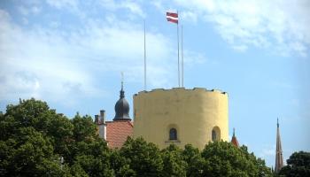 Sarkanbaltsarkanais karogs Rīgas Svētā Gara tornī