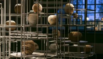 Dekoratīvās mākslas un dizaina muzejā skatāma Baltijas laikmetīgās keramikas izstāde