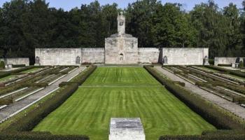 Meža kapos notika valstsvīra un diplomāta Miķeļa Valtera svinīgā pārapbedīšana