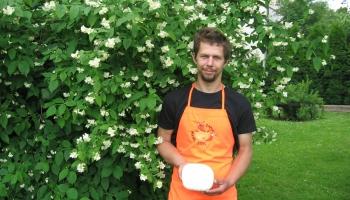 Mājražotājs Jānis Lapsa gatavo svaigo sieru ar 20 dažādām piedevām