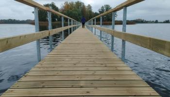Viļakas ezerā pa ierīkoto pontona laipu iespējams nokļūt līdz salai