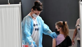 Skolēni izvēlas potēties, lai uzturētu sabiedrisko dzīvi; daļai vakcinēties neļauj vecāki