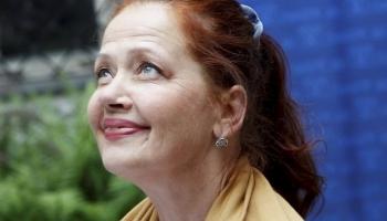 Aktrise Regīna Devīte lasa E. Veidenbauma dzejoli Pa dubļainām ielām līst lietus...