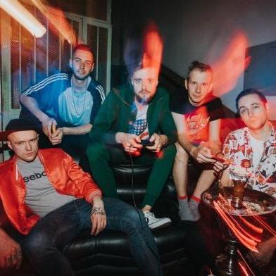 """Siguldiešu grupa """"Neon Saturdays"""" iedzied dziesmu latviešu valodā"""