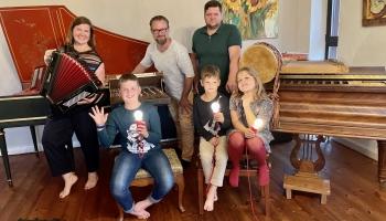 Kāmītis klavierēs, podi ceplī un āķīgi jautājumi. Ciemos pie Ušpeļu ģimenes Pocelujevkā
