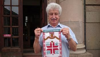 """Pirmie svētki Atmodas gaisotnē: skan """"Nevis slinkojot un pūstot"""", plīvo Latvijas karogi"""
