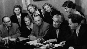 Dailes teātris. Pirmie 50 gadi aizrit Eduarda Smiļģa zīmē. Pirmā saruna