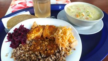 Skolēnu ēdināšana attālināto mācību laikā – pašvaldībās trūkst vienotas pieejas
