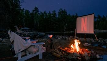 Pieci skatās brīvdabas kino