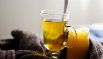 Природные иммуномодуляторы: как защитить организм с помощью травяных чаев и прополиса
