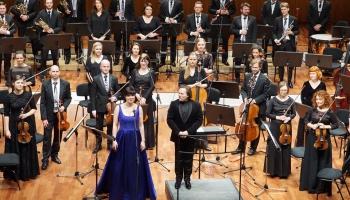 """Zanda Švēde, """"Sinfonietta Rīga"""" un diriģents Džonatans Bermans Lielajā ģildē"""