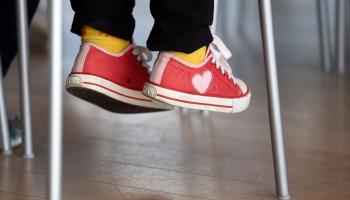 Stalta stāja un ķermeņa simetrija: priešstati par pareizu bērna attīstību Latvijā