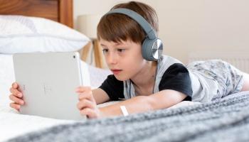 Vecāku pieredze nesniedz zināšanas, kā bērniem pārvarēt digitālās vides izaicinājumus