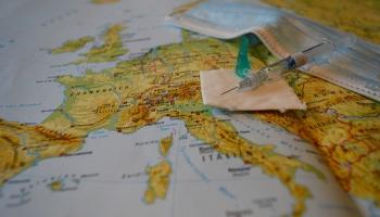 Европа за неделю: прививочные паспорта и бэби-боксы как зеркало общества