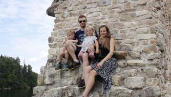 Sniegt rūpes, ģimenes siltumu arī audžubērniem. Stāsta Kārlis un Rute Kārkliņi